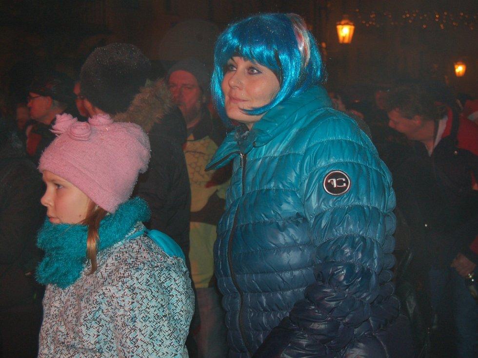 BUJARÉ OSLAVY PŘÍCHODU ROKU 2015 si na františkolázeňské Národní třídě užily stovky občanů. Nechyběly ani tradiční vášnivé novoroční polibky.