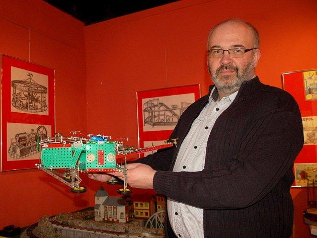 Ředitel chebského muzea Roman Procházka ukázal jeden z nejnovějších, který sestavil sedmiletý Tomáš Švarc z Krásné.