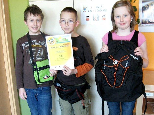 CENU SI JELA PŘEVZÍT JEN  Terezka, Alenka a Jirka. Ostatní soutěžící měli totiž tou dobou virózu. Děti za bronzové místo získaly batoh, ledvinku a taštičku na krk.