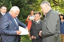 Ojedinělý prázdninový zážitek má za sebou čtyřiadvacetiletý vysokoškolský student a moderátor zábavných pořadů Miloš Skácel z Mariánských Lázní.  Na zahájení Země živitelky v Českých Budějovicích se setkal s prezidentem Václavem Klausem.