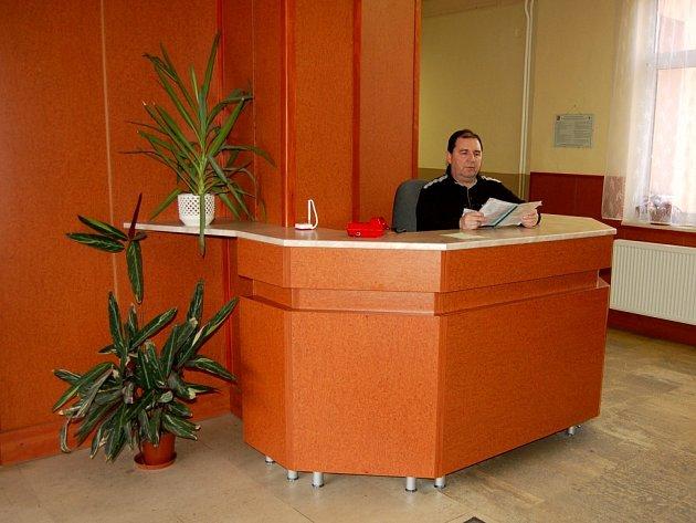 Recepce si chválí! Obyvatelé Chebska se na na okresním policejním ředitelství cítí díky recepci daleko uvolněněji. Prostory vypadají stejně jako recepce v jakémkoliv hotelu.