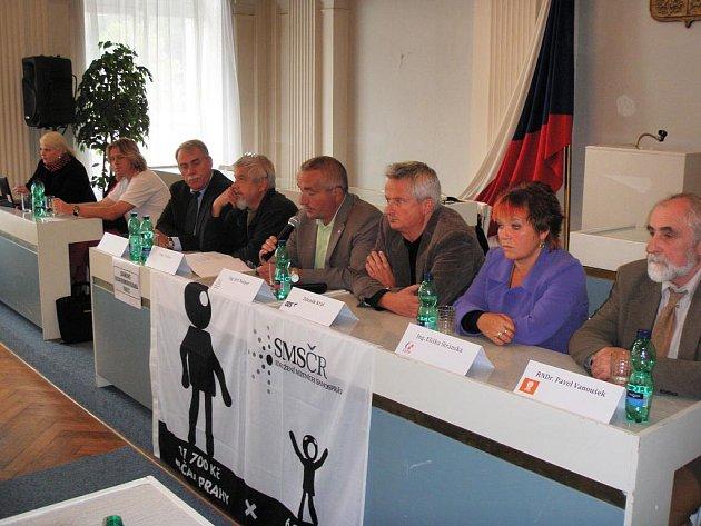 PŘED ODJEZDEM do Prahy, kde se včera uskutečnil demonstrativní pochod starostů, se starostové měst a obcí sešli na mariánskolázeňské radnici.