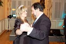 ČERSTVÁ  MISSIS si tanec s ministrem Radkem Johnem evidentně užívala.