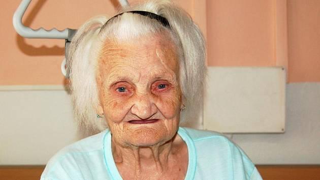 Narodila se před více než stoletím v Dašicích u Loun. Helena Neškrabalová z Mariánských Lázní v těchto dnech oslavila své 101. narozeniny. Mezi gratulanty se zařadil také Deník, který ji navštívil v mariánskolázeňském domě s pečovatelskou službou.