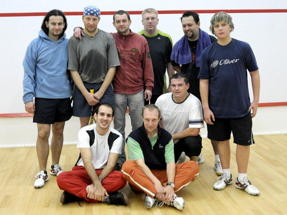 ÚČASTNÍCI soustředění: Formánek, Mašek, Stöckel, Pavlovic, Seidl, David (stojící zleva). Dole zleva: Havelka, Barnáš a Knapek.