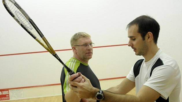 JOSEF PAVLOVIC (vlevo) naslouchá Ondřeji Havelkovi, jak správně držet squashovou raketu.
