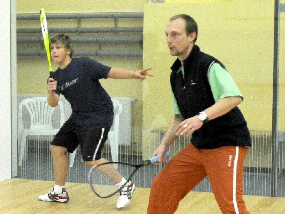 VÍT BARNÁŠ  (vpravo) dává lekci mladému talentovanému hráči 1. SC Cheb Štěpánu Davidovi.