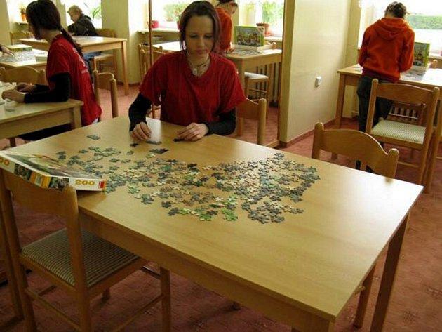 Skládání puzzle v mariánskolázeňském Dráčku