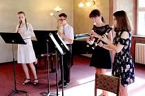 V KLÁŠTERNÍ knihovně dominikánského kláštera v Chebu se uskutečnil Absolventský koncert žáků Základní umělecké školy Jindřicha Jindřicha.
