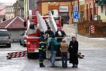 AČKOLIV NEBYLO VČEREJŠÍ počasí příliš příznivé, Miro Švolík (s hasiči na plošině) musel fotografování vyzkoušet.