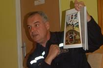 HASIČSKÉ POHÁDKY. Velitel mariánskolázeňské hasičské stanice Martin Gaier zavítal do Mateřské školy Křižíkova v Mariánských Lázních, aby dětem přečetl ukázku z Hasičských pohádek, které sepsali sami hasiči.