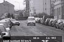 POVOLENOU RYCHLOST JSME NEPŘEKROČILI, tvrdí ředitel chebské městské policie Jiří Šmolík a jako důkaz poskytl Chebskému deníku snímek z radaru pořízený při testu v Mánesově ulici, na který poukazoval Cheban Miroslav Janoušek.