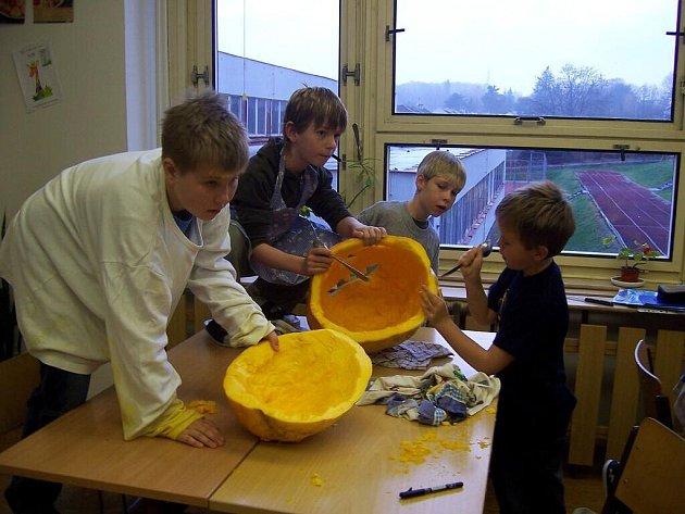 Příprava na Helloween v chebské základní škole na Malém náměstí