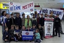 Přivítání na pražském letišti bylo velkolepé. Nechyběly uvítací transparenty a samozřejmě rodiče.