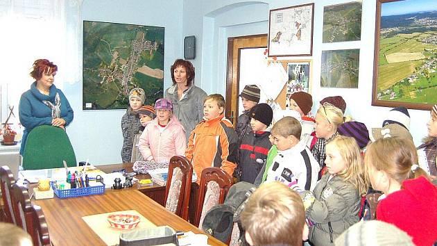 DRMOULSKÉ DĚTI zaplnily pracovnu starostky obce Vladislavy Chalupkové (vlevo). Společně se svojí učitelkou Renatou Rothovou předaly starostce erb, který vlastnoručně společnými silami vyrobily.