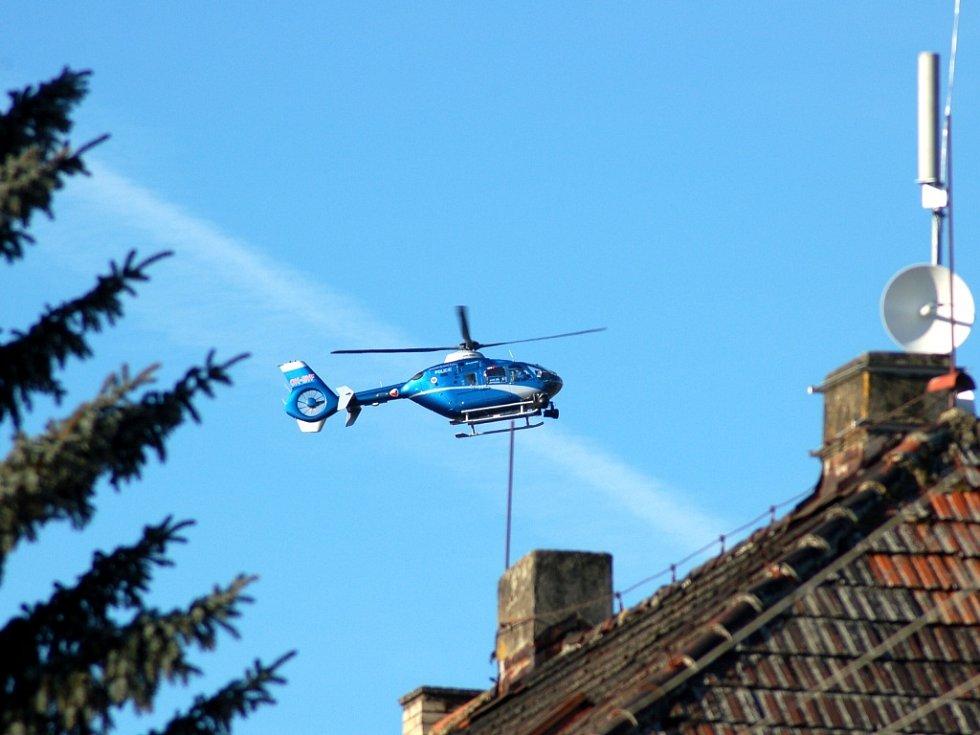 Policejní vrtulník pátrá v Dolním Žandově a jeho okolí po pohřešované dvacetileté Monice Ďuričové
