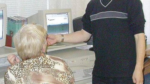 Senioři mají možnost naučit se zacházet s počítači například v městské knihovně v Chebu