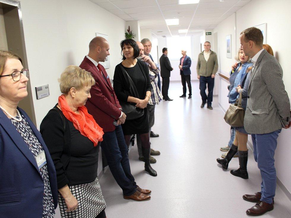 Rekonstrukce domova pro seniory na chebském sídlišti Skalka za skoro 135 milionů skončila. Senioři se dočkali bezbariérových pokojů.