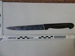 Nůž, který po přepadení trafiky, nechal pachatel na místě činu.
