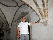MÁZHAUS, tedy vstupní hala Muzea Cheb prošla výraznou obměnou. Zedníci zde vymalovali, opravili omítky a doplnili štukovou výzdobu. Vše představil ředitel muzea Zbyněk Černý.