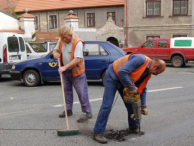 Praskliny a díry ve vozovce připravovali pro zalepení asfaltem