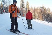 MILOVNÍCI lyžování mohou na Chebsku navštívit areály v Mariánských Lázních a v Aši. Obě sjezdovky budou mít po dobu jarních prázdnin celodenní otevírací dobu.