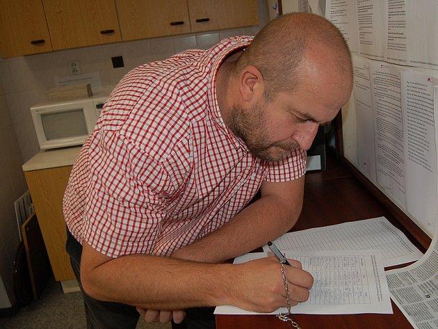PEDAGOG MARTIN CHÁRA petici také podepsal.