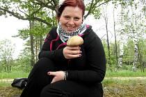 HOUBAŘKA JINDŘIŠKA POŠMUROVÁ měla důvod k úsměvu. Radovala se z pěkného kousku hřibu dubového.