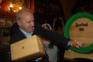 V RÁMCI oslav Pilsner Urquell Chebští ochutnali  nefiltrované pivo z dubového sudu, který narazil plzeňský sládek.