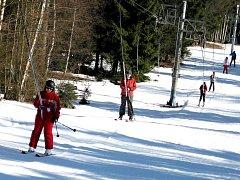 SNĚHOVÉ RADOVÁNKY patří k Aši neodmyslitelně, ovšem tuto zimu si milovníci zimních sportů hodně dlouho počkali.