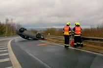 V pátek odpoledne se u Chebu staly dvě nehody. Během jedné z nich se dostalo auto na střechu.