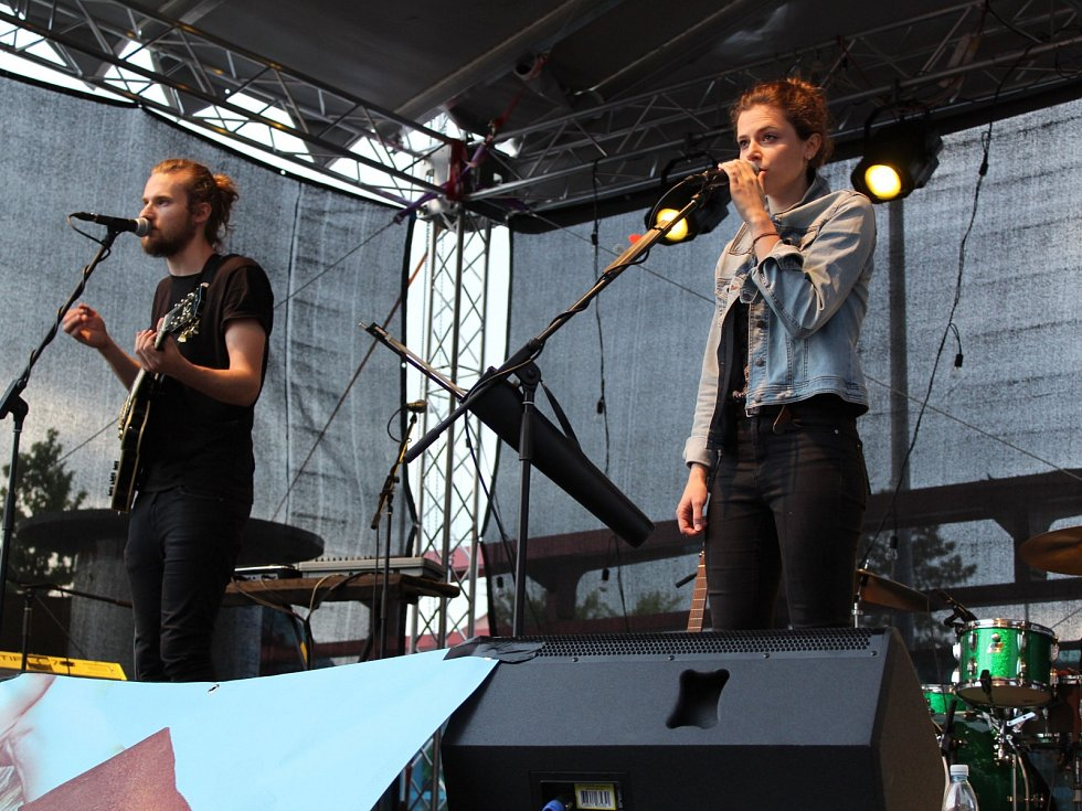 V rámci netradičního turné s názvem Mezi vlaky vystoupila u chebského nádraží Emma Smetana se svými hudebními hosty.