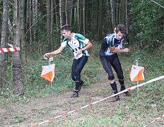 Vítěz nedělního middlu Jan Petržela z Hradce Králové (vlevo) razí sběrnou kontrolu.