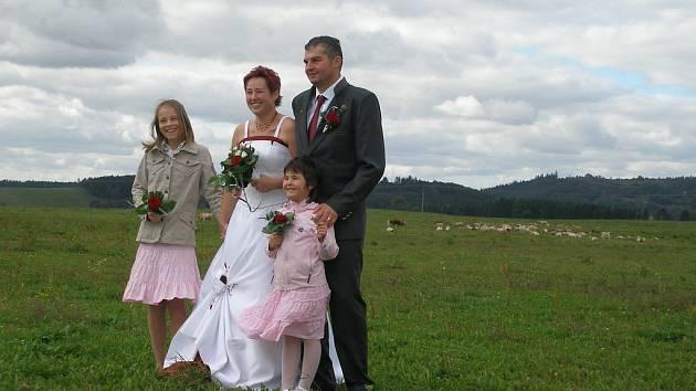 Novomanželé Švecovi z Libé si odbyli svatební obřad v polní kapli mezi Libou a Hazlovem