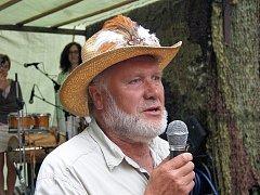 řehlídku folk, country, trampské a bluegrassové hudby připravil organizátor Václav Neuman opět na své vlastní zahradě v obci Salajna nedaleko Dolního Žandova.