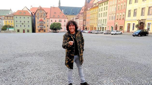 Zpěvák Hynek Tomm natočil v centru Chebu nový videoklip ke své písni, která vyjde na novém CD.