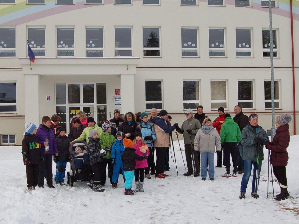 NADŠENCI z Občanského sdružení při Základní škole Františkovy Lázně pořádali už třetí ročník ´Silvestrovského pochodu pro radost´. Trasa vedla od františkolázeňské školy na Seeberg a zpět. Desítky účastníků se skvěle protáhly před večerním slavením.
