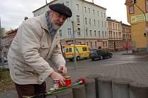 OSUDNÁ KŘIŽOVATKA. Připomenout památku tragicky zesnulého Stanislava Wintra přišel včera mezi prvními chebský kronikář Jindřich Josef Turek. Přinesl rudý karafiát a svíčku zapálil u křižovatky ulic Evropská a 26. dubna, kde k nešťastné události došlo.
