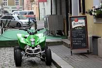 NĚKTEŘÍ MILOVNÍCI SVÝCH MOTOROVÝCH MILÁČKŮ jsou natolik odvážní, že si zajedou přímo před restauraci, kde se občerství. Netrápí je, že  by do těchto míst vůbec neměli vjet.