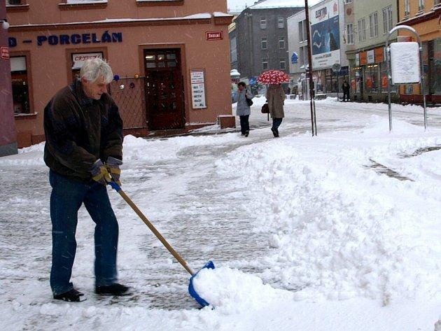 PO CHEBSKÉM NÁMĚSTÍ Krále Jiřího z Poděbrad musejí lidé chodit opatrně, aby nepřišli k úrazu. Zdeněk Kohout ale před provozovnou sníh pečlivě uklidil.