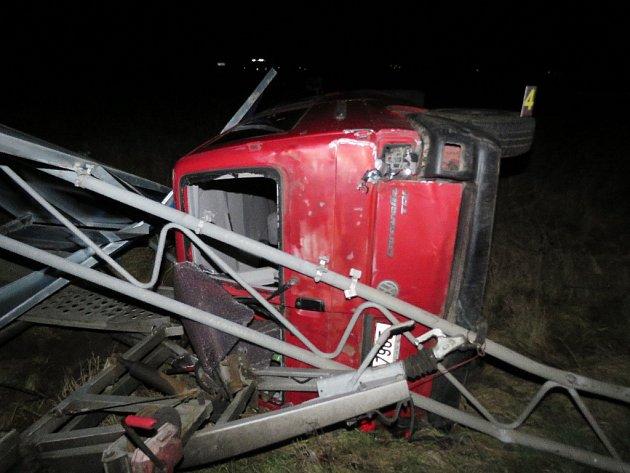 TAKTO DOPADL automobil značky Volkswagen, kterému do cesty vjel řidič z vedlejší silnice na křižovatce silnice I/21 u Františkových Lázní. Viník střetu z místa ujel.