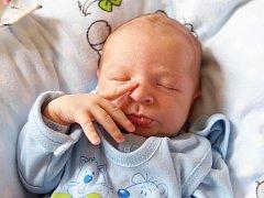 JOSEF HÁNA se narodil v úterý 1. dubna v 6.50 hodin. Při narození vážil 3 530 gramů a měřil 51 centimetrů. Doma v Aši se z malého Josífka raduje sestřička Natálka spolu s maminkou Barborou a tatínkem Josefem.