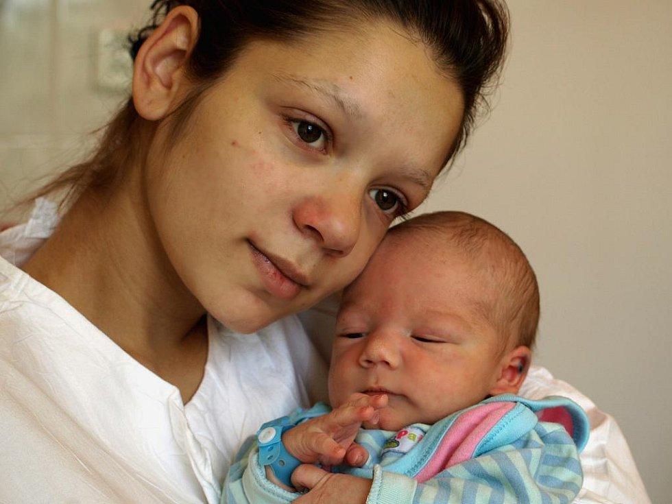 KEVIN ROŠTÁŠ přišel na svět v pátek 21. května v 8.25 hodin. Vážil 2 950 gramů a měřil 48 centimetrů. Doma v Aši se těší z malého synka maminka Justína spolu s tatínkem Milanem.