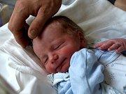 LUKÁŠ VONDRÁK se narodil v pátek 28. května v 9.05 hodin. Vážil 3 020 gramů a měřil 49 centimetrů. Na malého Lukáška a maminku Karlu se doma v Chebu už moc těší sourozenci Dominika, Danek a Pepíček s tatínkem Vítem.
