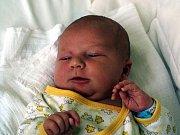 MATYÁŠ GROLL se poprvé rozkřičel ve čtvrtek 20. května v 10.30 hodin. Na svět přišel s krásnou váhou 4 260 gramů a mírou 53 centimetrů. Doma v Chebu se raduje z malého synka maminka Veronika a s ní celá rodina.