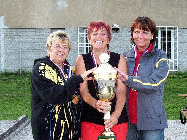 UŽ TŘIKRÁT získala Alena Vaníčková (vlevo) ze Slapan zlatou medaili v pétanque trojic, v kategorii ženy 50 plus. Na snímku se raduje ze zatím posledního vítězství se svými dvěma spoluhráčkami - Ivou Valenzovou a Jiřinou Demčíkovou.