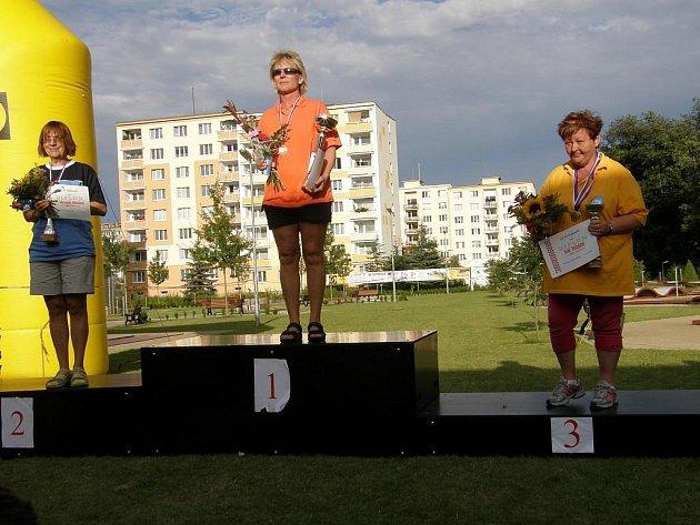 Po loňském velkém úspěchu se chebské Dagmar Hirschmannové (na snímku ze stupňů vítězů) podařilo zlatou medaili obhájit.