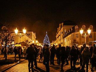 Vánoční strom zdobí Národní třídu.