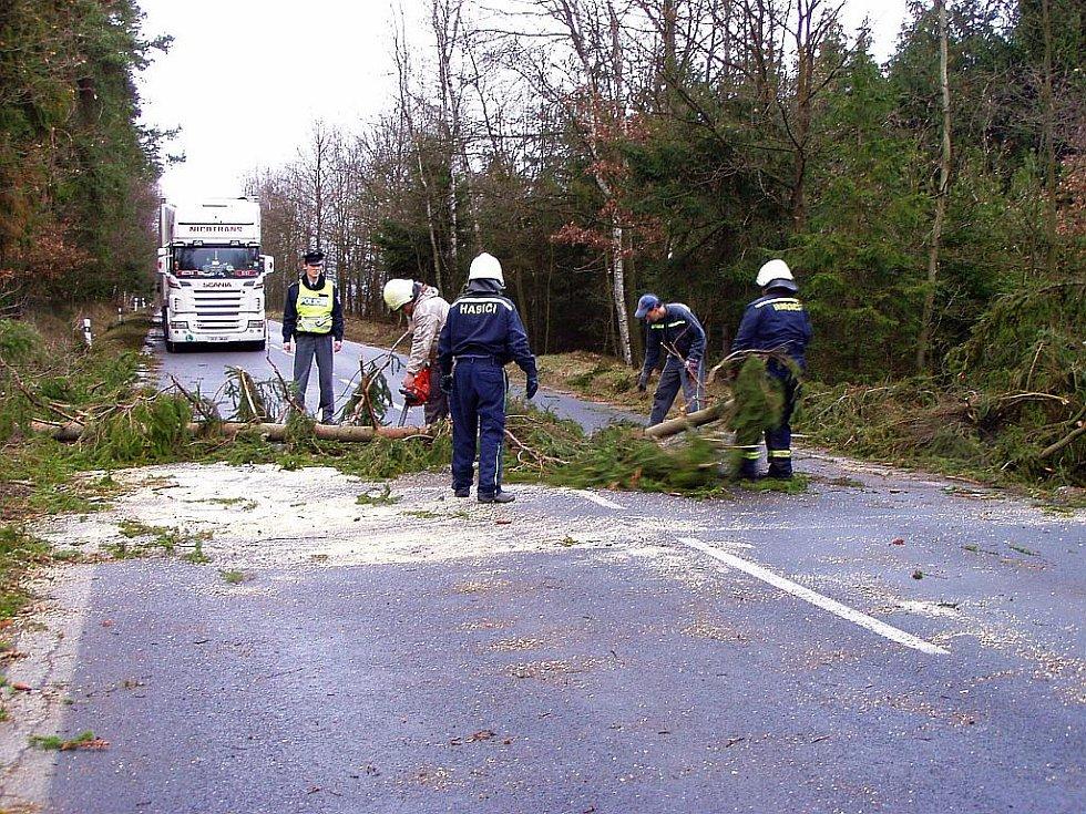 NA CHEBSKU porazil tentokrát silný vítr jen několik stromů a pak se uklidnil. To v horských oblastech Karlovarského kraje bylo rušněji.