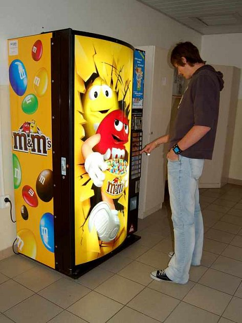 Nabídka ve školních automatech na jídlo mnohým rodičům nevyhovuje